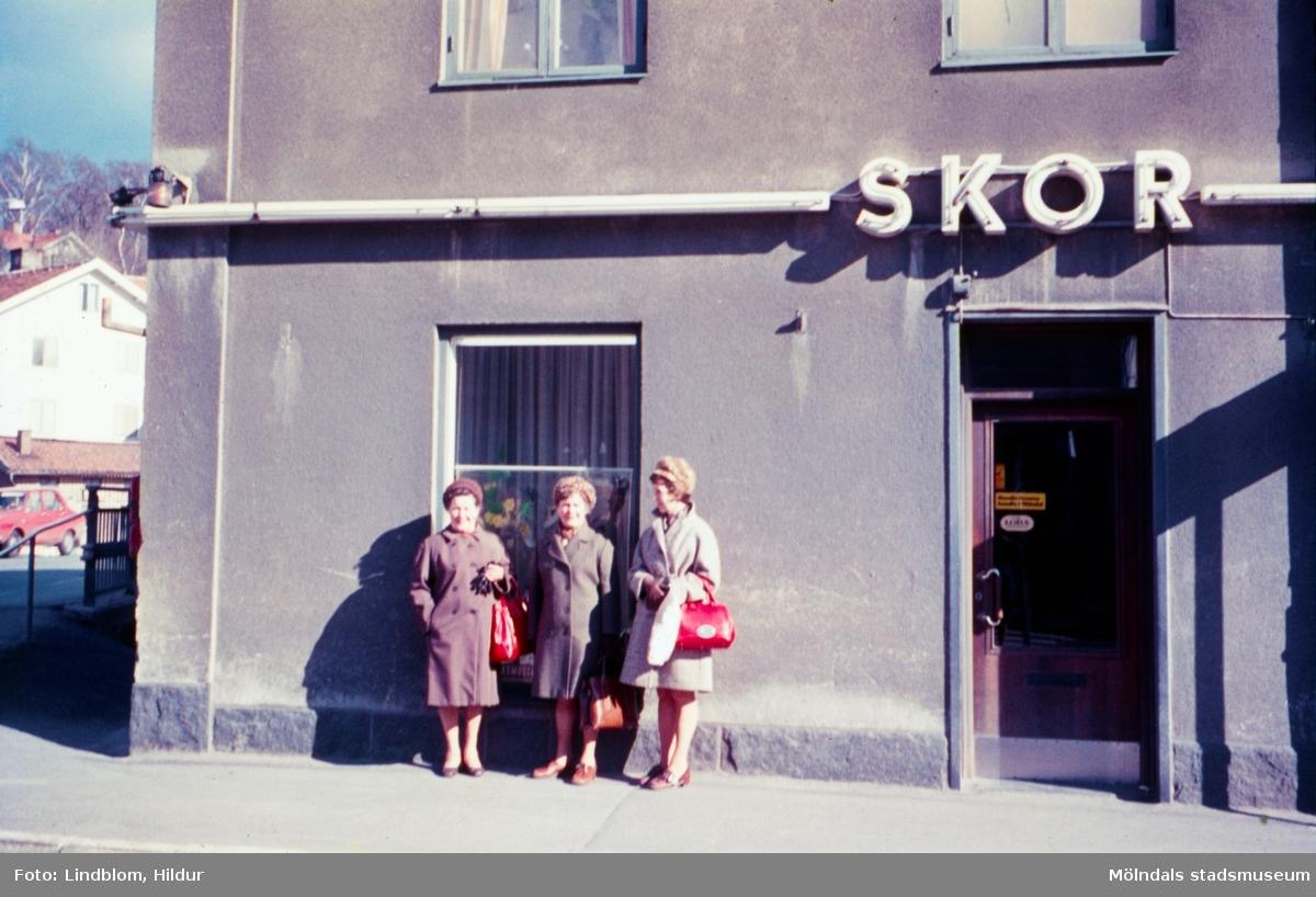 Birgit, Märta Sjöberg och Hanna. Systrar f. 1923 utanför Leon Rasmussons skoaffär med adress Kvarnbygatan 4. Mölndal år 1971-1973.  För mer information om bilden se under tilläggsinformation.