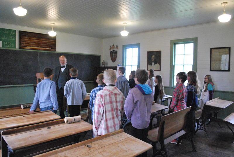 Skoleklasse på besøk i Leet-Christopher skolen på Migrasjonsmuseet.