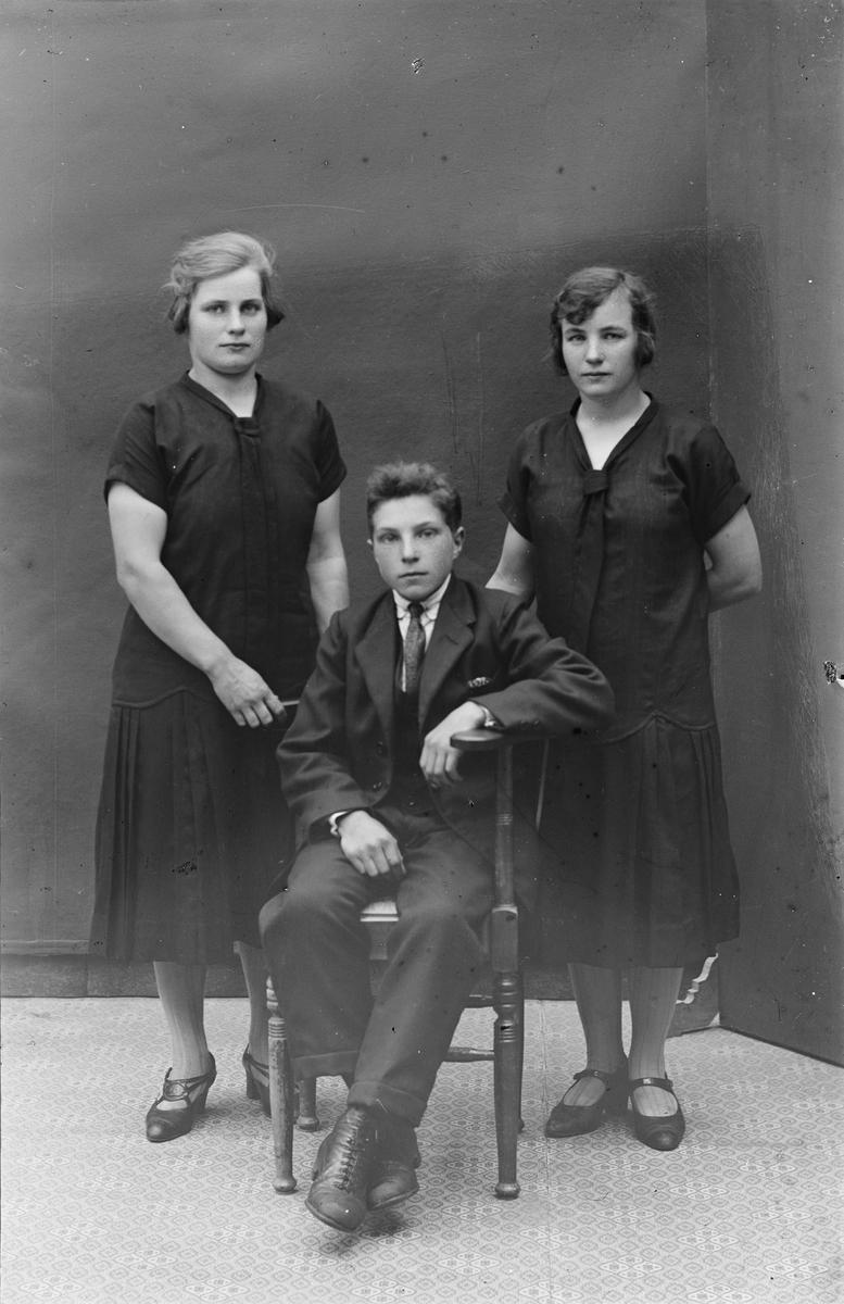 Ateljéporträtt - två kvinnor och ung man, Alunda, Uppland
