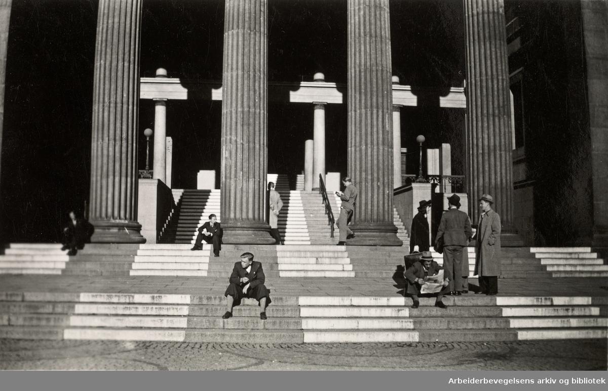 Ole M. Engelsens fotografier fra okkupasjonsårene i Oslo..Trappene på Universitetets Aula malt i forbindelse med mørkelegningen. 1940.