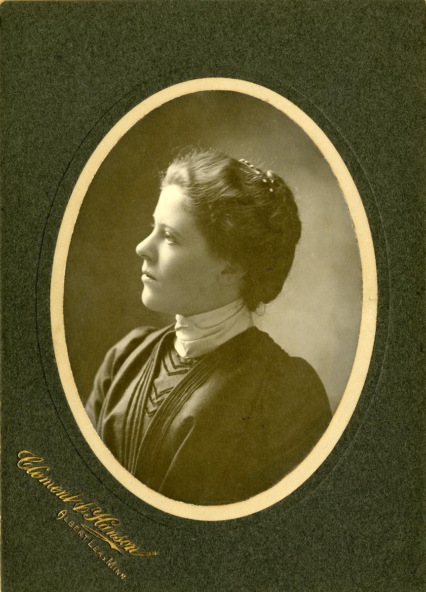 Portrett av Ella Knatvold. Tatt i 1900.