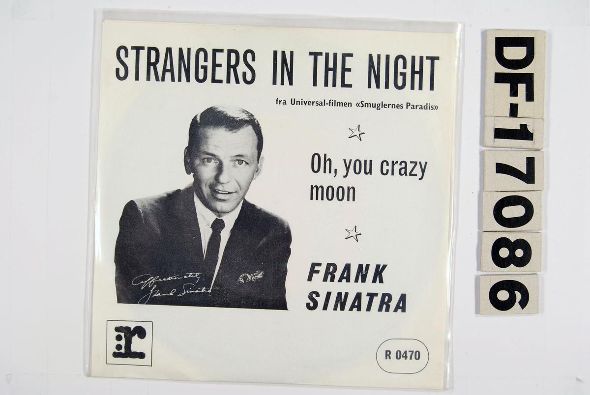Fotografi av Frank Sinatra på hvit bakgrunn.