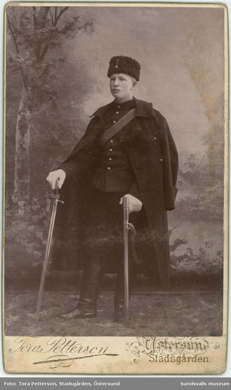 """Erik Emanuel Nordin född 1849-02-16 i Sundsvall och död 1895-06-24 i Sundsvall. Erik Emanuel var son till sockerbageriidkarana Erika Kristina och Erik Nordin. Han studerade till läkare i Uppsala och arbetade som detta i London en tid men slutade yrket """"eftersom han inte tålde att se blod"""". Han och hustrun Mary Anna (född Hardy) flyttade till hans födelsestad Sundsvall där han fick arbete som kontorist på ett skeppsklarerarekontor. Han avled 1895 i TBC."""