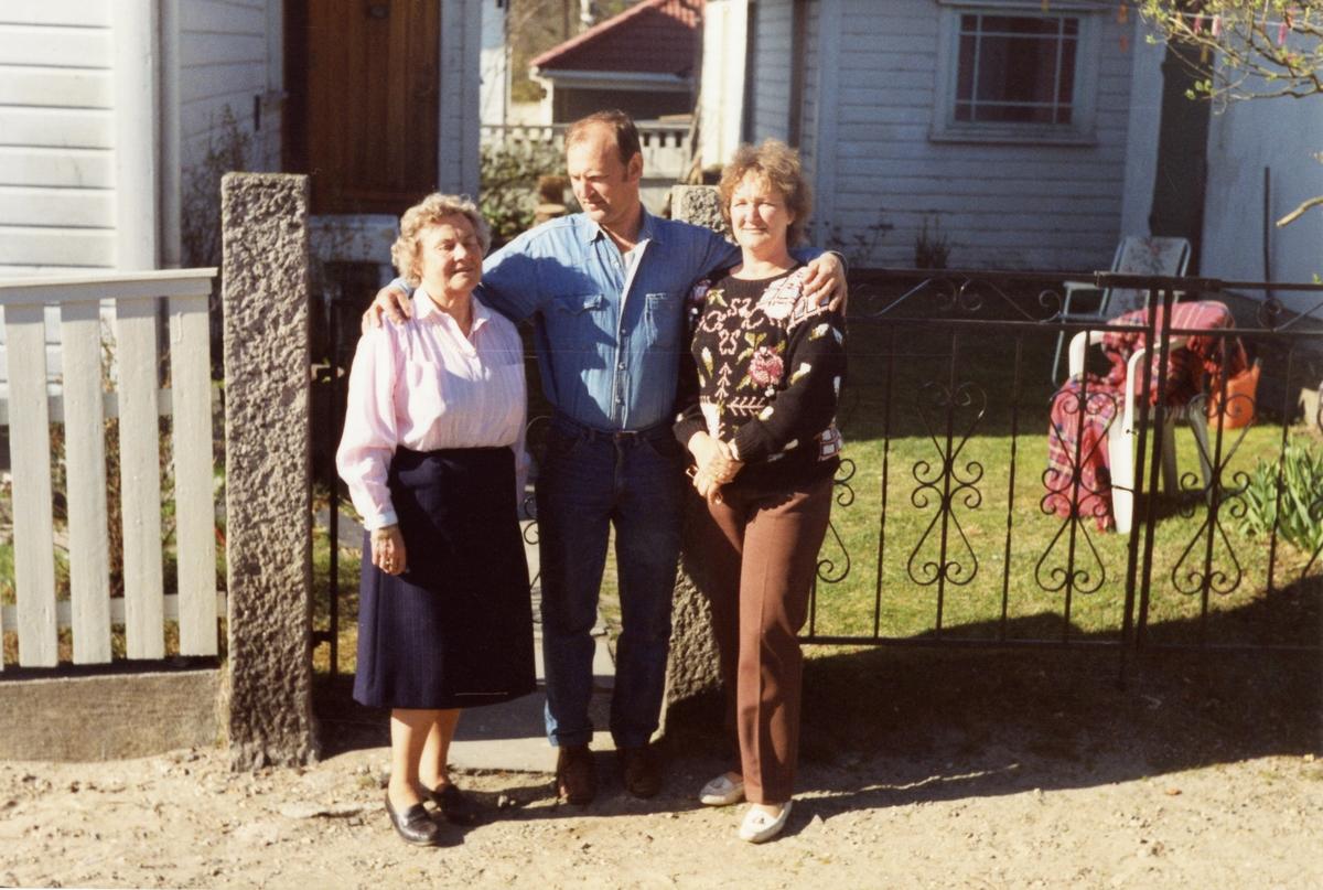 Portrett av Randi Islandsmoen sammen med sønnen Sigurd og hans kone Jørdis. Bildet er tatt i 1991 i Moss utenfor hjemmet.