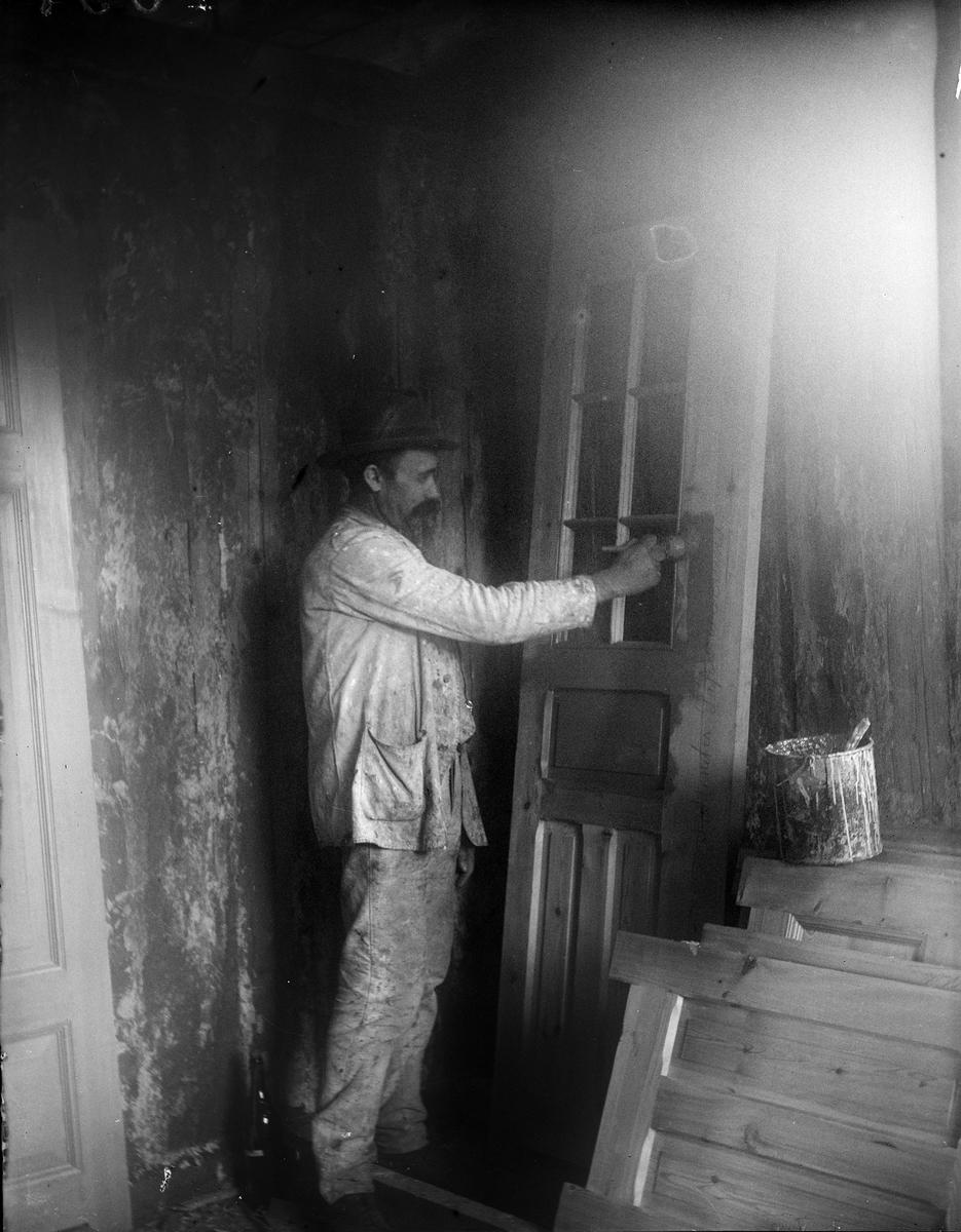 Målare Hertsberg, målar i Alinders nya villa, Sävasta, Altuna socken, Uppland 1918