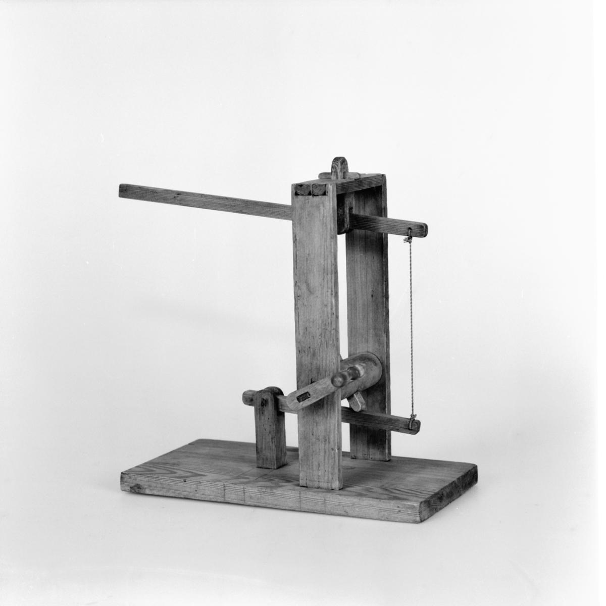 Modell ur Polhems mekaniska alfabet. När axeln som är försedd med klackar roterar erhåller den övre armen en vickande rörelse.