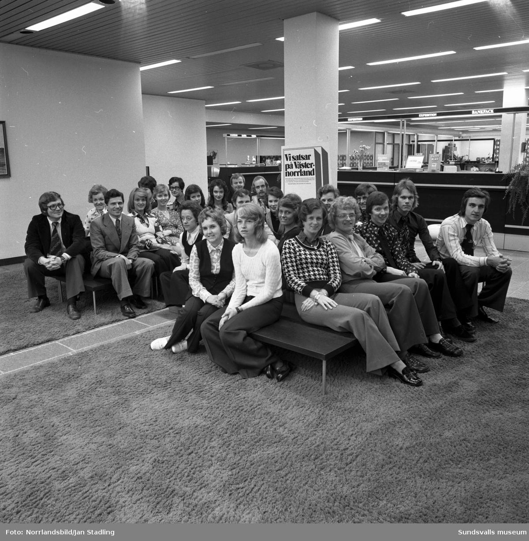 Gruppfoto av personalen vid Sparbanken.