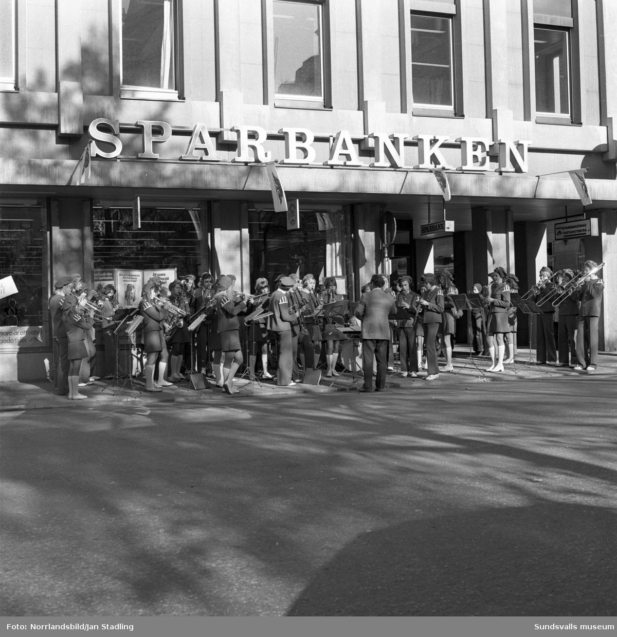 Sparbanken Sundsvall firar 125-årsjubileum med blåsorkester och kaffeservering i banken.
