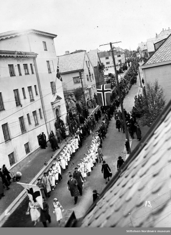 17.-mai toget passerer Aldershjemmet i Johan P Clausens gate. Borgertog med sykehusets ansatte, sykepleiere, først.   Fra Nordmøre Museum sin fotosamling.