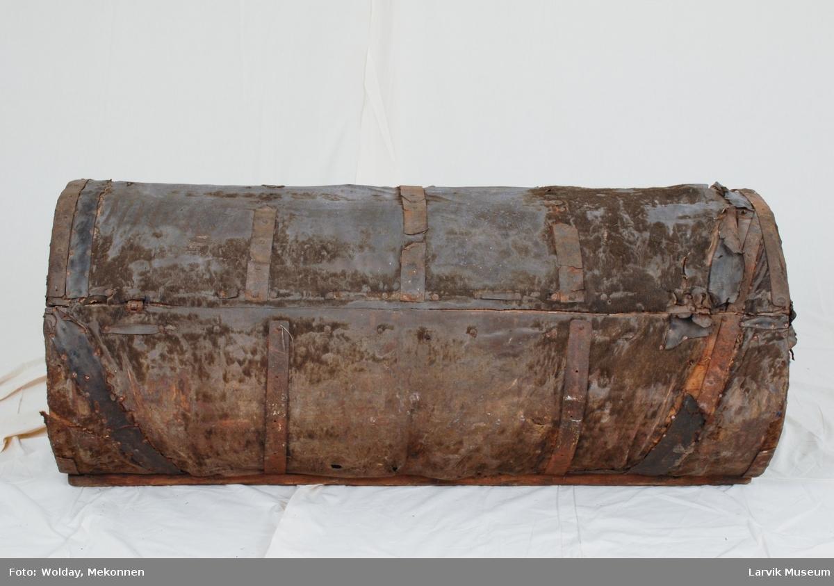 Form: sylinderformet, av høvlet furu,trukket med