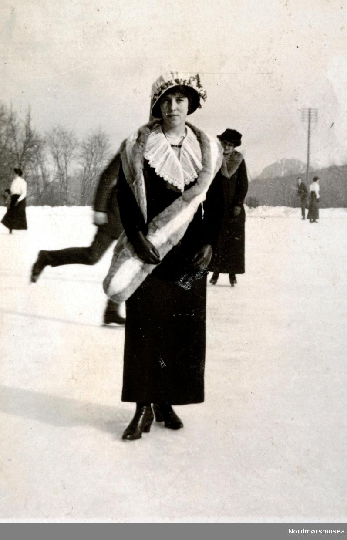 """Auf den Uhlandshöhe(?). Helene"". En kvinne ute på isen en plass i Tyskland. Trolig på et sted ved navn Waldan. Datering er trolig omkring 1913 til 1914. Foto fra Ida M. Knudtzons fotosamlinger, nå en del av Nordmøre Museums fotosamlinger."