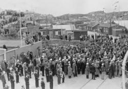 Samling av mennesker nær E. A. Smith sin brakke i Kristiansu