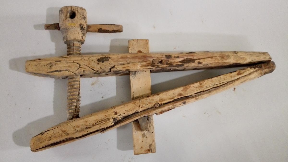 1 baatskrue.  Baatskrue som foregaaende, men större og grovere. Ogsaa her er skruen snittet med kniv.  Som foregaaende av bjerk.  Kjöpt paa auktion efter Jörgen T. Eidet, Kaupanger.