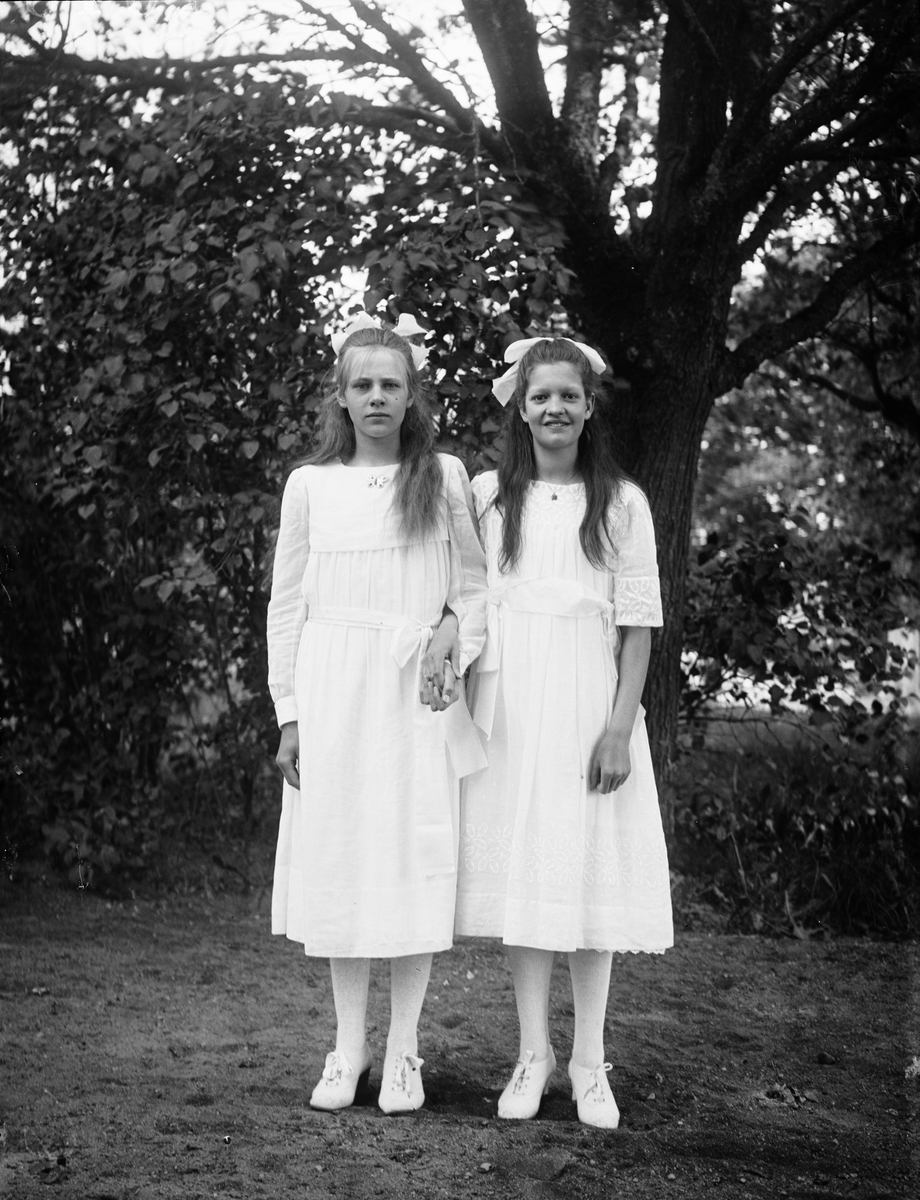 """""""Läsbarnen i Simtuna år 1920"""" - Celia Norberg från Kaby och Lisa Västerlund från Fjärdhundra, Simtuna socken, Uppland"""