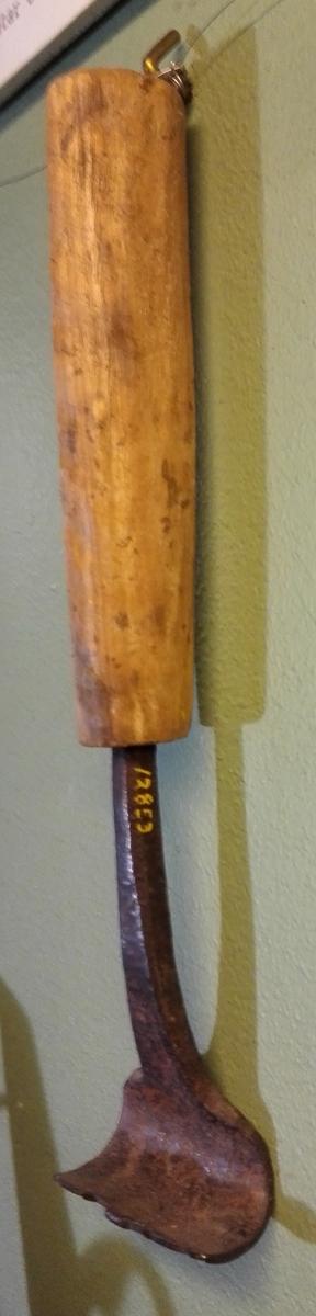 1 baatestrek  Baatestrek av typen med skaft (konf. nr. 1816 - 17). Har den gamle profil, dobbelt med glide-avsats imellem. Denne nu avbrudt. Simpelt bjerketræs skaft. Stammer fra en gammel baatbygger paa Hafslo, der laget baater til bruk i Hafslovandet.  Gave fra skomaker Johs. T. Mo, Hafslo