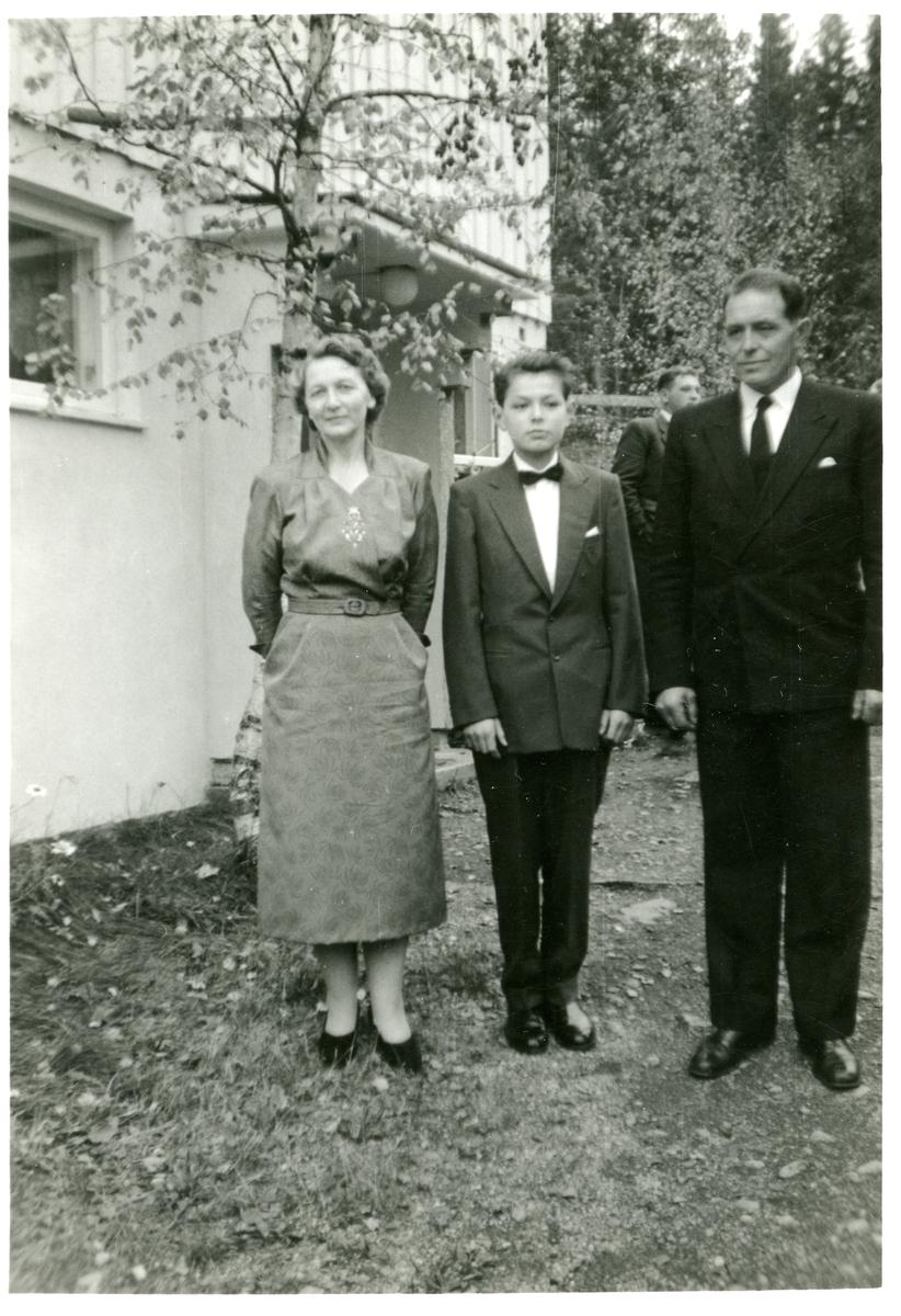 Konfirmasjonsbilde av Alf Terje Langedrag sammen med foreldrene Arne og Olga Langedrag.