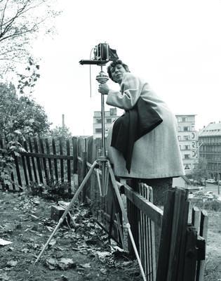 Bergljot Sinding fotograferer på Enerhaugen