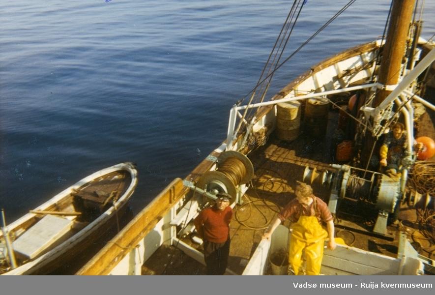 På leting etter sild i Varanger med båten Egil. Båten er eid av Karl Gærnæ. På dekk f.v. Karl Gærnæ, Harry Severi og Valter Dallavara.