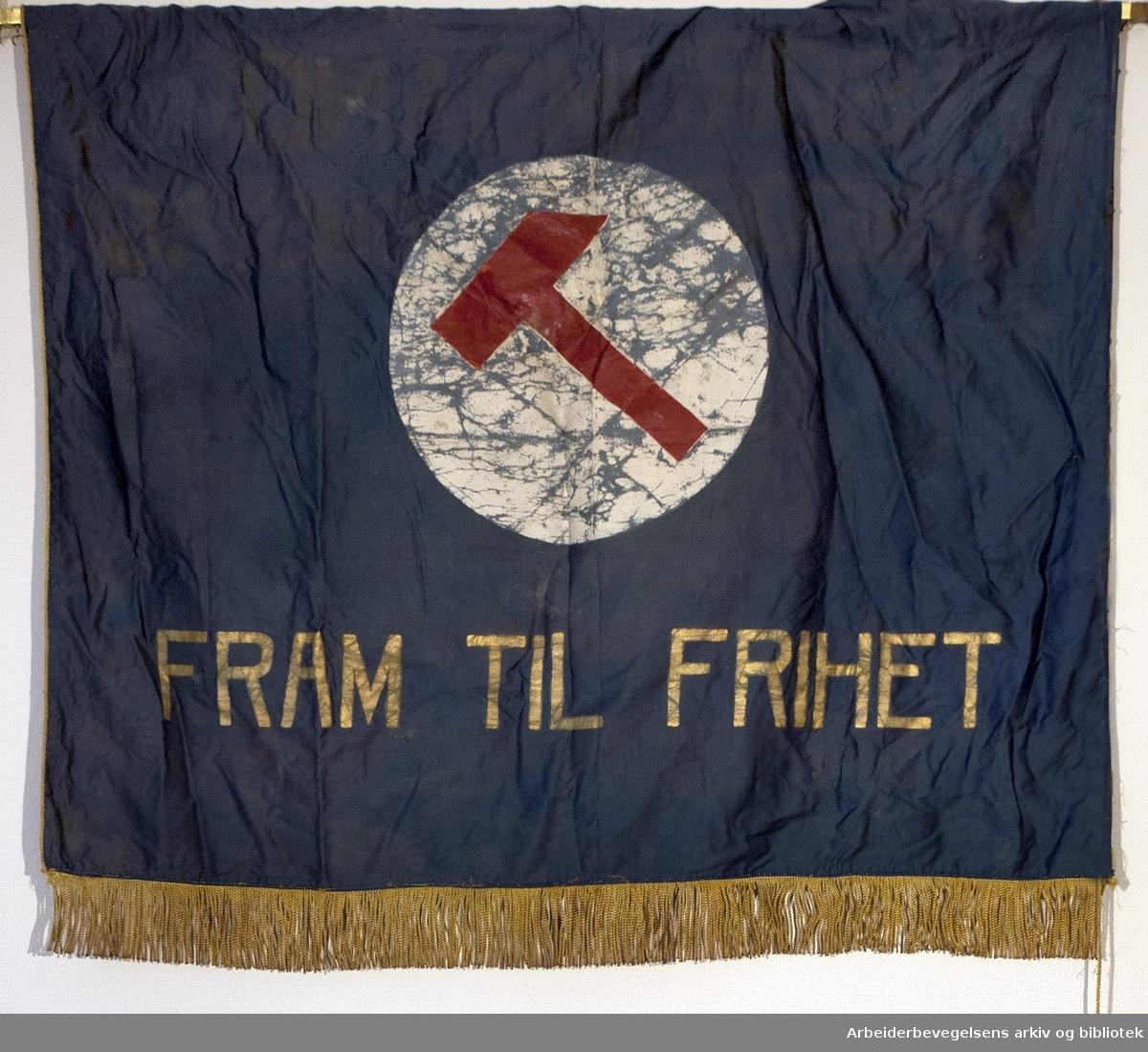 Sørumsand arbeiderungdomslag AUF.Stiftet 11. oktober 1928..Bakside..Fanetekst: Fram til frihet