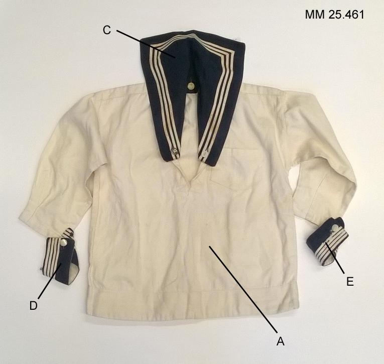 Klassisk blåkrage i blått tyg med tre vita ränder. Knapphål för fästning i skjorta.