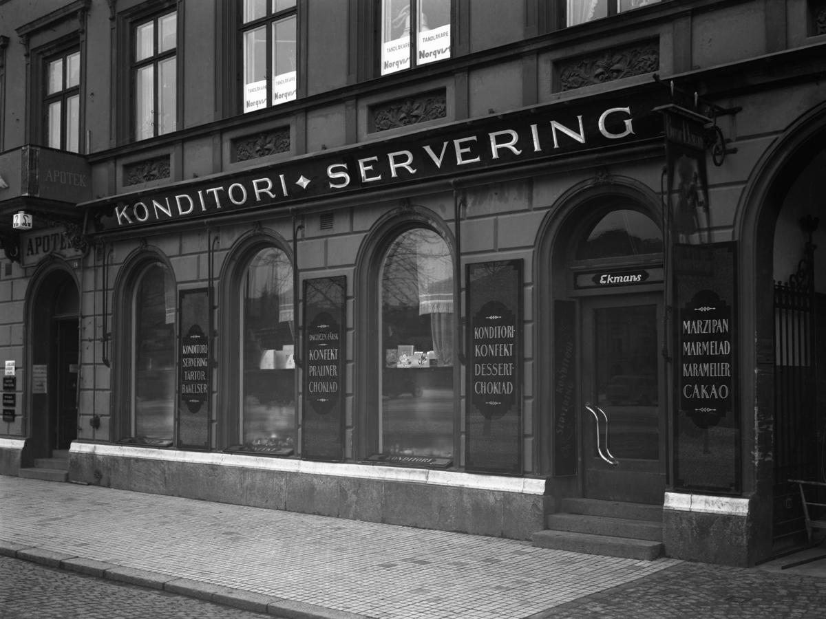 Ekmans konditori med lokaler på Kungsgatan 14 i kvarteret Enigheten. Bilden tagen 1936. Ekmans startade sin verksamhet 1920 under namnet Konfekt & Choklad i det lilla trähuset på Västra Kanalgatan 3 där senare skivbutiken Riff-Raff låg på 1980-talet
