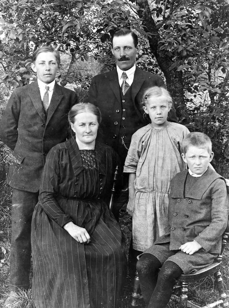 Ett urval bilder inklusive reproduktioner tagna av fotograf Arvid Kjerling verksam i Karlstad från 1892 till 1917. Han började med en ateljé på Hamngatan 4 men flyttade pga nybyggnation på tomten i början på 1900-talet till en nyinrättad lokal på vindsplanet åt norr i fastigheten Drottninggatan 5. Några år efter Kjerlings död övertogs ateljén av Dan Gunner där han bedrev sin verksamhet, tidvis också med kollegan Sigfrid Lindholm, fram till flytten till Tingvallagatan 7 år 1931.