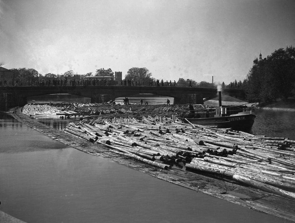Buntflottning på Klarälven utanför Stadshotellet vid Västra bron. Bilden tagen 1938