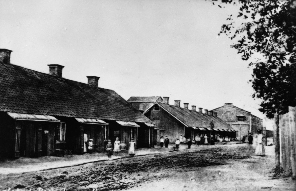 Nödbostäder uppförda efter branden 1865. Husen låg på Verkstadsgatan och revs 1912. Original i väldigt dåligt skick.