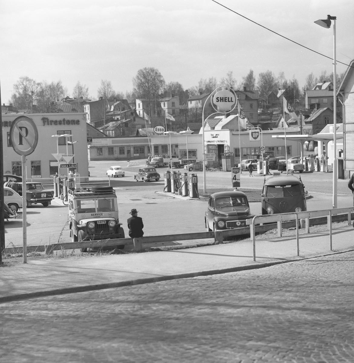 Bensinmackar längs den borttagna delen av Kyrkogatan i Arvika 1963.