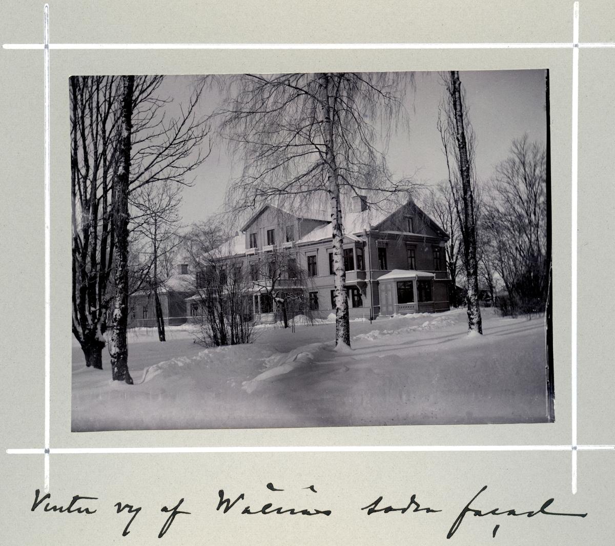 Bildserie tagen av August Malmborg (1875-1895), son till landshövding Adolf Malmborg, ägare till Våxnäs herrgård, och hans maka Julia, född Åkerhielm. Bilderna är tagna från tidigt 1890-tal fram till 1895 med bildtexten skriven av modern: Vintervy af Wåxnäs södra facad.