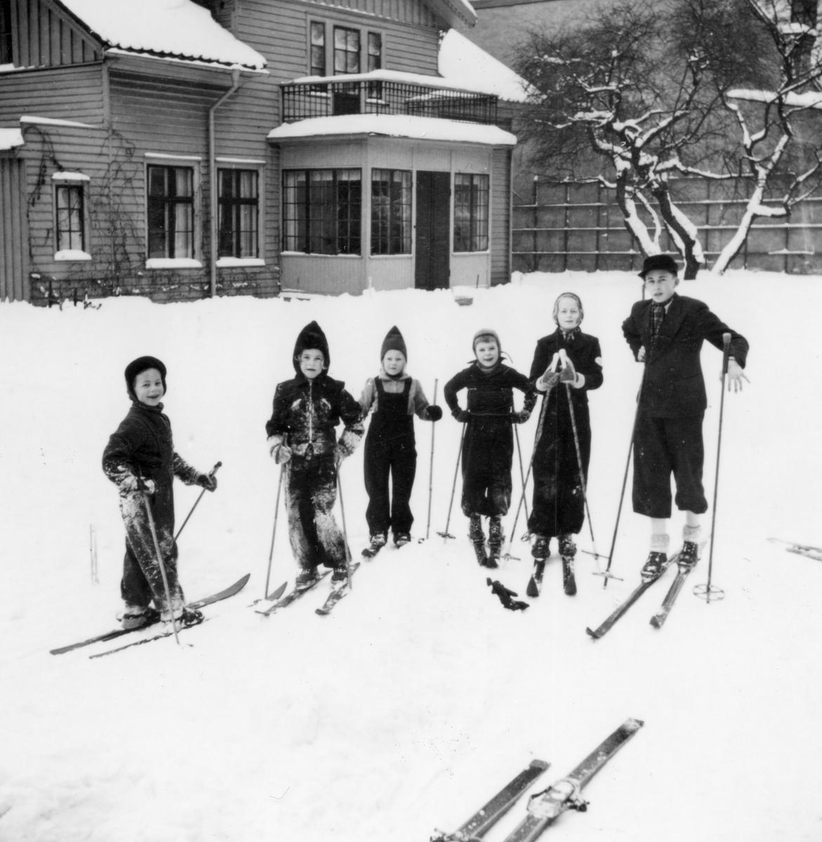 Rosenbadsgatan 11/ Rosenbad 4 troligen 1941. Från vänster: Leif Ronge, Mariann Törnqvist. Monica Löfberg. Lennart Lund. Anita Ronge och Lars Ronge.