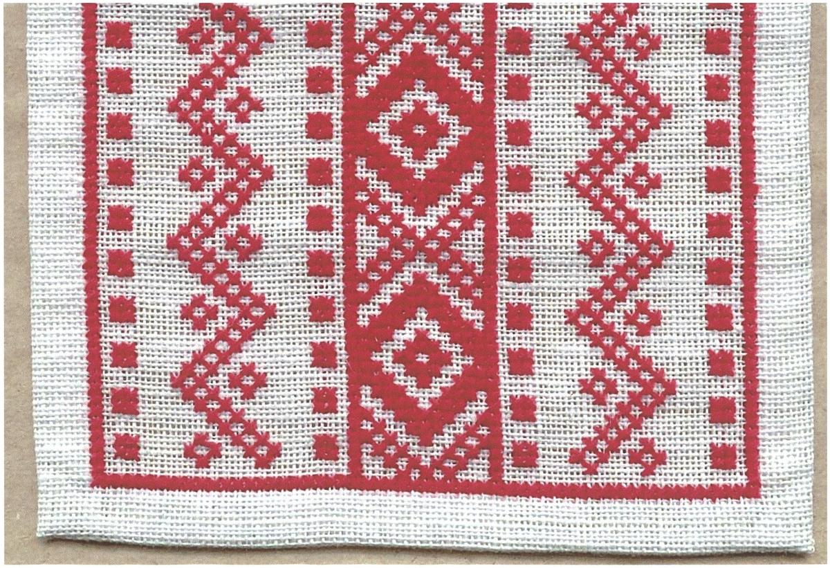 Löpare broderad i korsstygn med rött eller blått bomullsgarn på blekt Linneväv