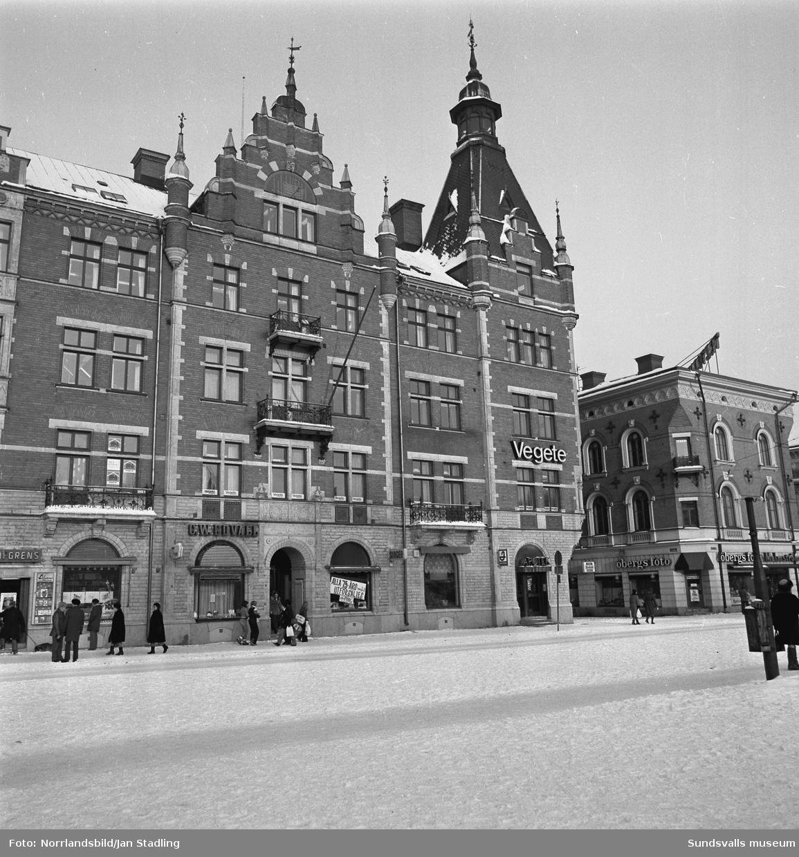 Granska husets fasad mot Storgatan med apotek, Vegete försäkringsbolag, Singer symaskiner, Edwalls guld. Till höger Öbergs foto.