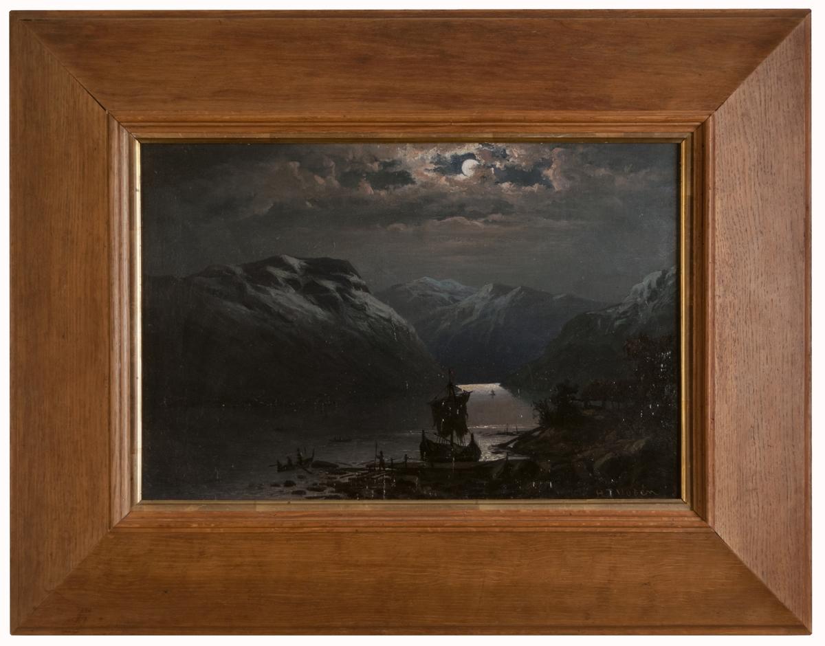"""Oljemålnig av H.T. Uddén, """"Fjordlandskap"""". Originalram i ek. Enligt etikett på baksidan är titeln Norsk fjord i månsken, inte Fjordlandskap som är angivet på lappkortet."""
