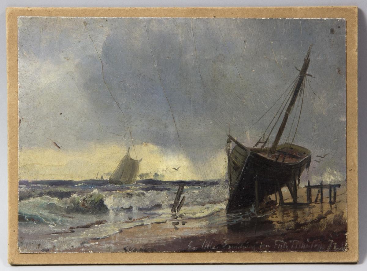 Havsmotiv med skummande vågor. En segelbåt ute på havet och en båt uppställd på stranden.