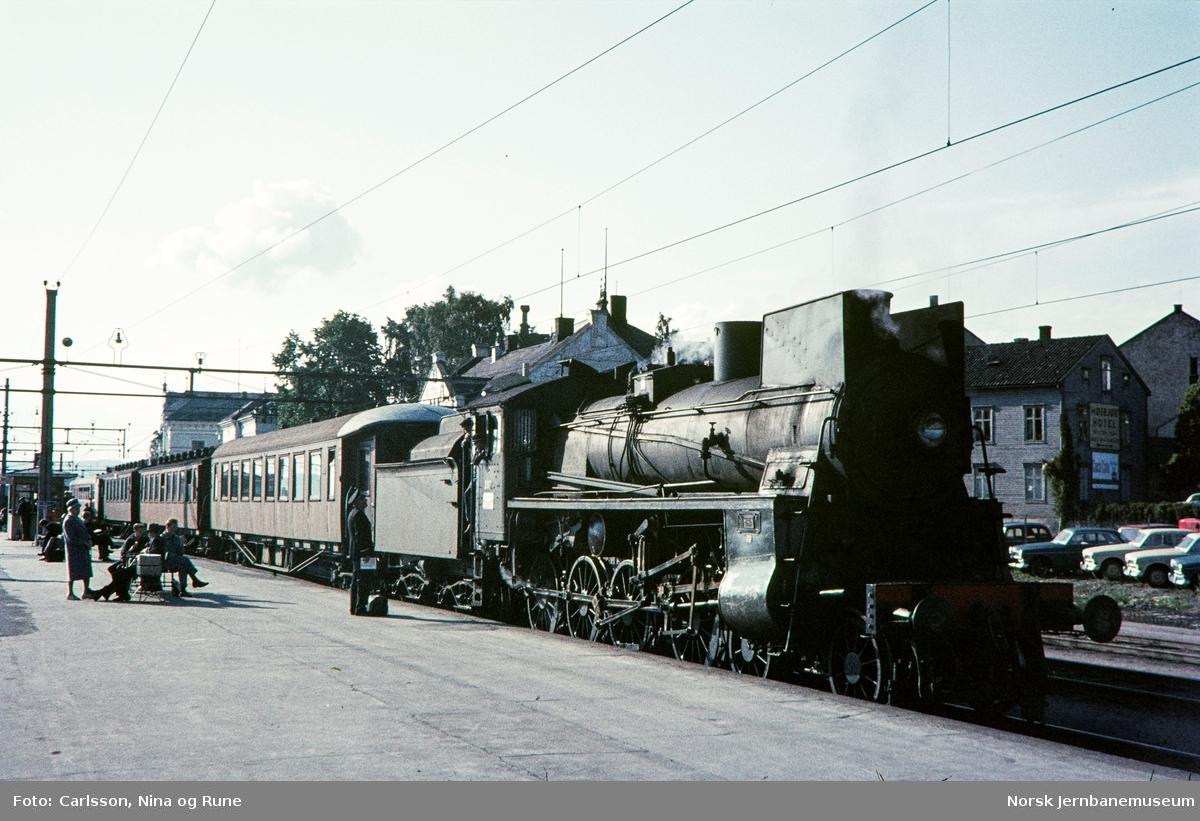 Damplok type 26c nr. 397 foran persontog på Hamar stasjon
