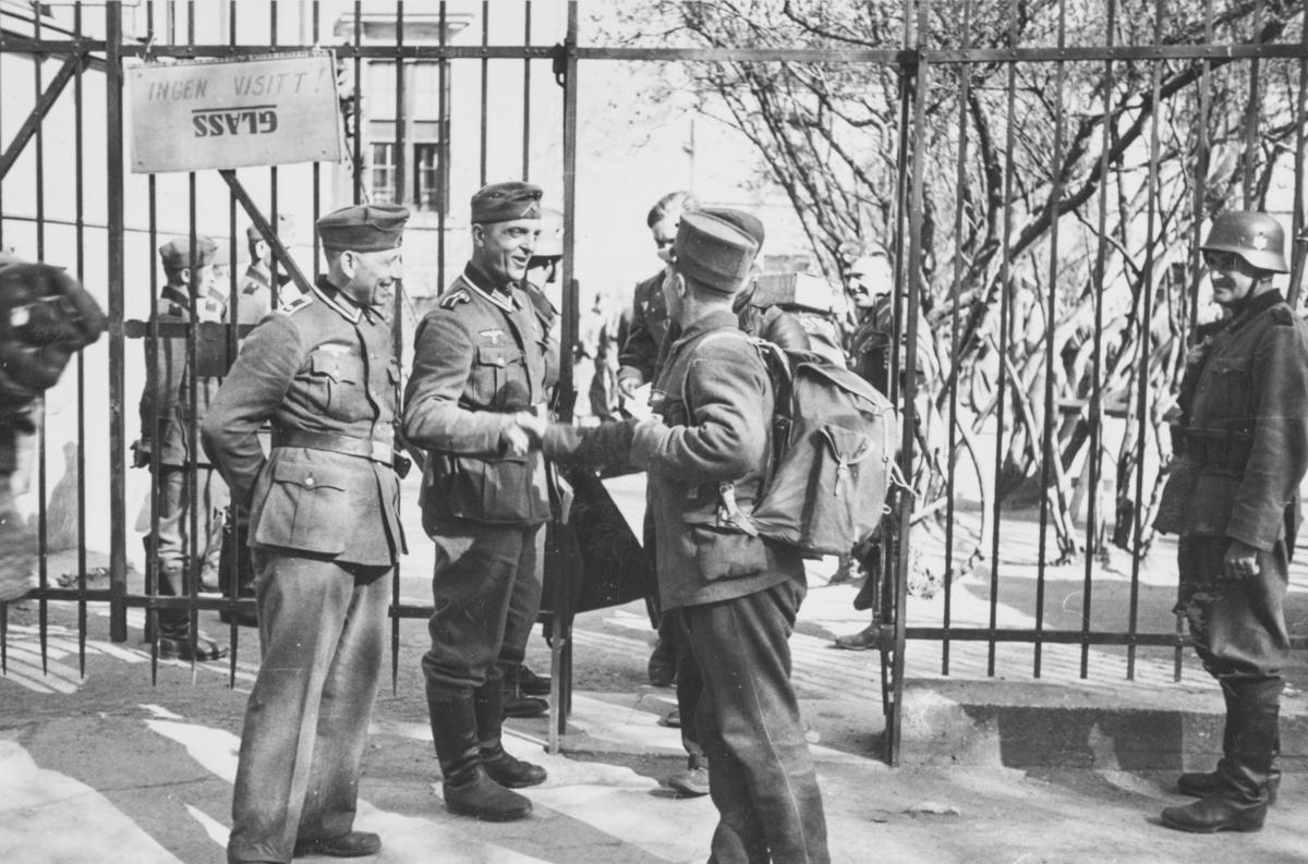 Norsk fangeleir  ved Logen i mai 1940. Tyske vakter ved porten.