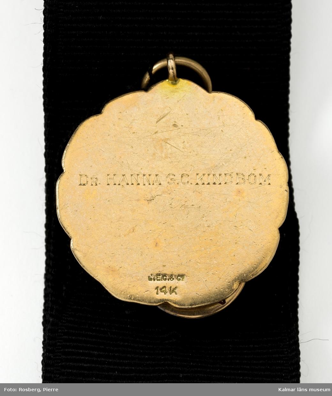 KLM 22440:5 Utmärkelsetecken, tre stycken på svart band. Rörande doktor Hanna Kindbom, läkare i USA, född i Kalmar, emigrerade till USA 1889, elev vid sjukhus i New York, medicine doktor i Philadelphia 1910.