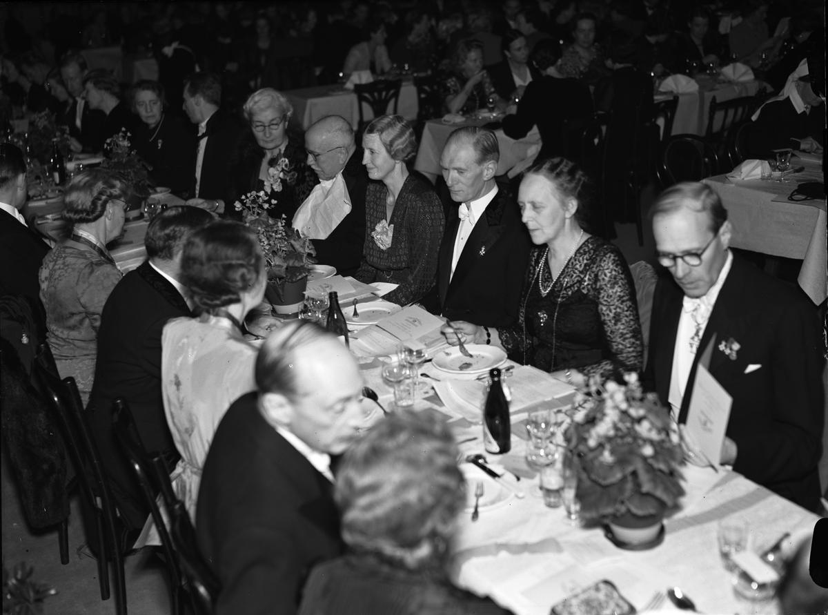"""""""Enskilda läroverket firade glansfull 50-årsfest"""" -  honnörsbordet vid middagen i """"studenternas gymnastiksal"""", Svettis, Uppsala november 1942"""