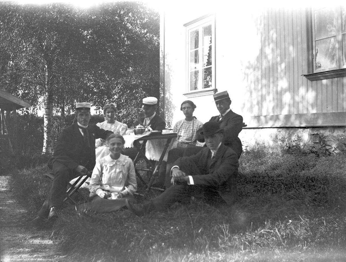 Efter kaffet, vid prästgården i Hamrånge. Foto den 24 juli 1905.