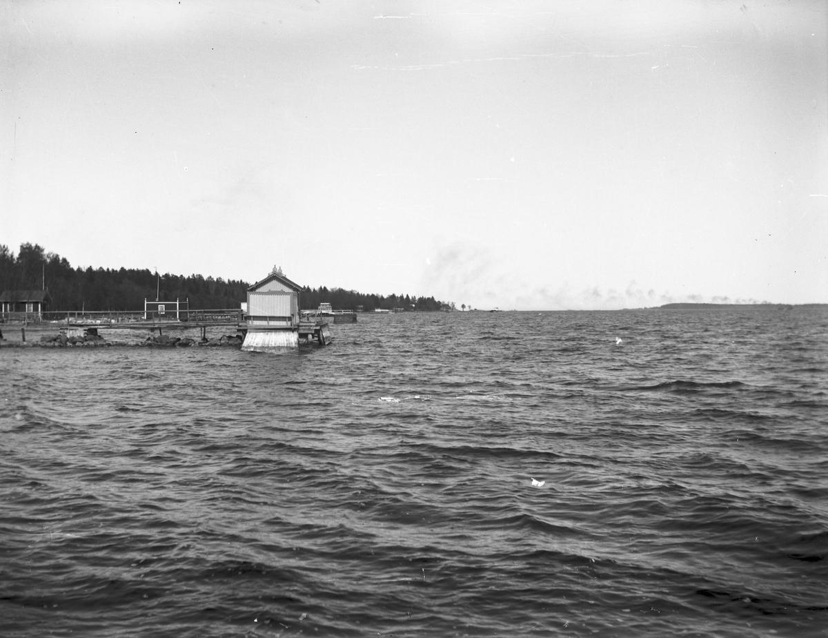 Fridhem med Skeppstedts badhus och dr Wallbergs lillstuga bakom. Norrlandet, Gävle.