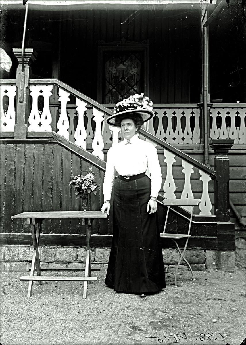 Kvinna framför uppgången till Alphyddan.