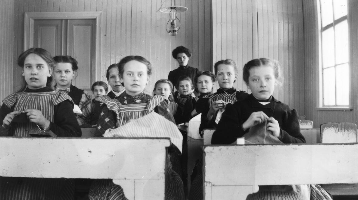 Syslöjd i Axmarby skola. Från vänster 1. Elvira Nord,      2. Nanny Ljung, 3. Anna Axlund, 4. Ingeborg Ehn,       5. Karin Persson, 6. Anna Axner, 7. Lärarinnan Ellida Eriksson, 8. Ester Erson, 9. Nelly Åkerblom, 10. Ida Sjöberg och 11. Aina Lindqvist.