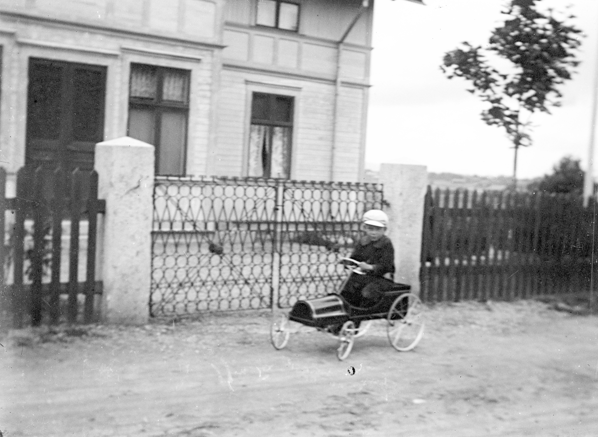 """Folke i """"bilen"""". Tidsomfånget är 1900 - 1940"""