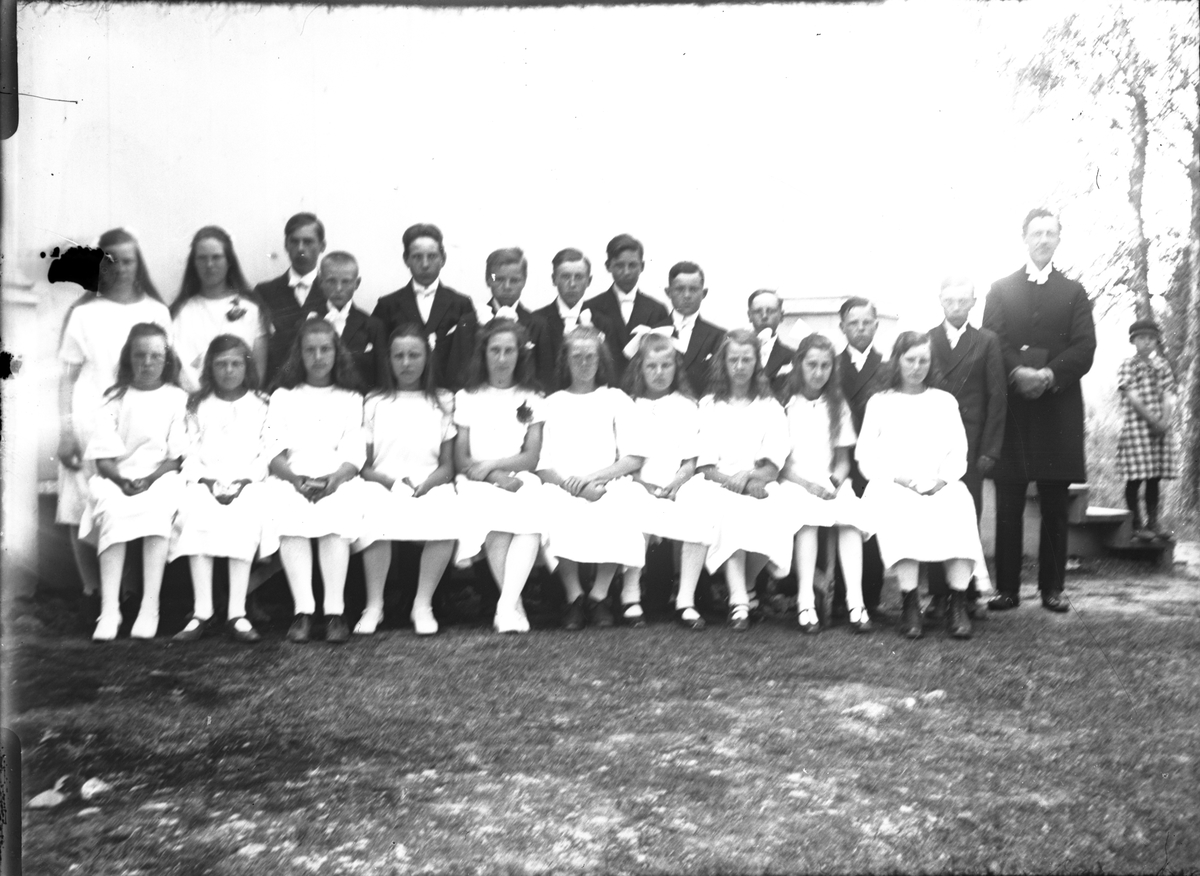 Prästen Tillgren, Annefors, med en konfirmandgrupp.