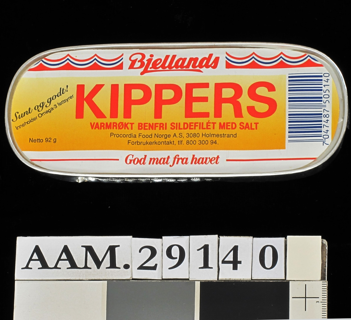 Blikkboks, ca. 92 g, lokket dekket av papiretikett med påtrykt farget mønster, varemerke og vareopplysninger, samt strekkode.   Boksen har en liten metallklaff i den ene enden, og skal åpnes ovenfra med boksnøkkel som vanligvis medfølger boksen, i dette tilfelle har den vært klebet til boksens underside. Boksnøkkelen trees inn på klaffen, og lokket vries opp. Dette var i 1995 en teknikk som knapt var i bruk.   Boksen er åpnet i bunnen for å bevare boksens utseende i vanligste synsvinkel.