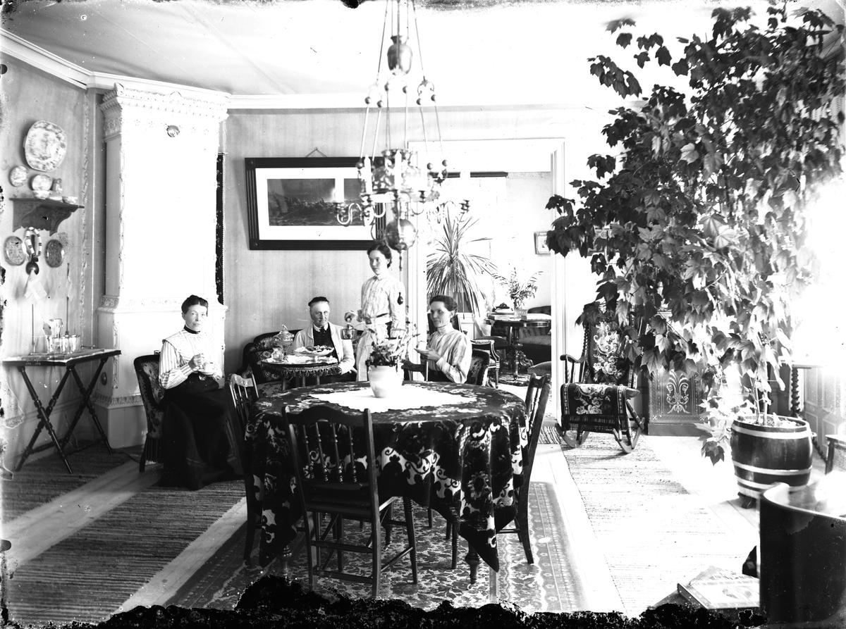 Vid kakelugnen Helfrid Österberg, till höger Clara Österberg, vid soffan Hamrånges sjuksyster. Troligen i Österbergs hem i i Åbyn.