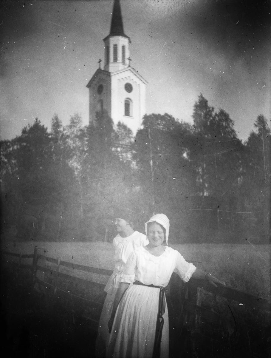 Hamrånge kyrka, två flickor i förgrunden. Originaltext: Hamrånge kyrka, Cissi Siri Löfgren år 1917.