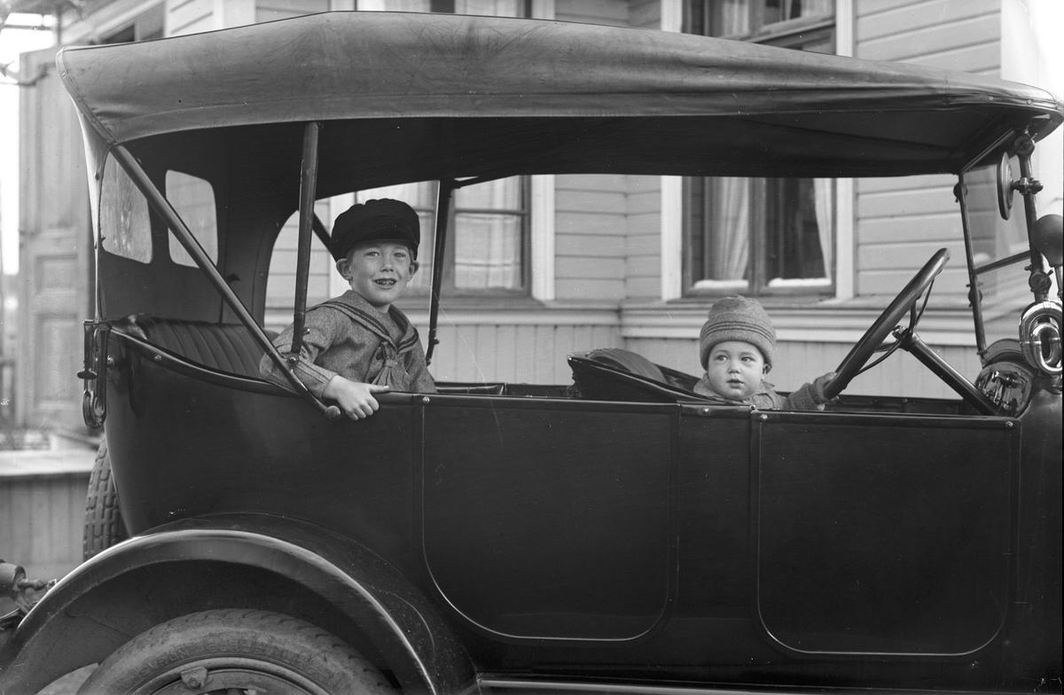 Bengt och Nils Jönsson, Wästra Hästbo i en Overland 1922. Ägare: Josef Eriksson från Hästbo.