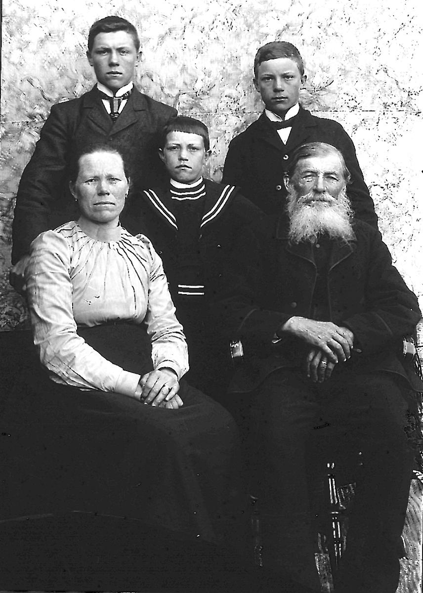 """""""Backåkers"""" i Sörbo. Från vänster: Jonas, född 1887, Lars född 1888, Karin född 1866, Theodor född den 17 september 1893 och död den 7 september 1975 samt Johan Jonsson, född 1827. Johan Jonsson gifte sig med Anna Jansdotter (född 1818, död 1881) från """"Utigårds"""" i Östansjö. Hon var hans första hustru och var syster till Hans Jansson. Johan och Anna förblev barnlösa. De byggde och köpte """"Berget"""" (Lindbergs) i Östansjö av Hans Larsson från """"Oppigårds"""" i Östansjö. Johan Jonsson sålde sedan till målaren Per Lindberg och hans hustru Anna år 1889. Johan Jonsson var farfar till Gunnar Backåker i Sörbo. Han flyttade till """"Backåkers"""" i Sörbo efter det att han sålt """"Berget"""" i Östansjö."""